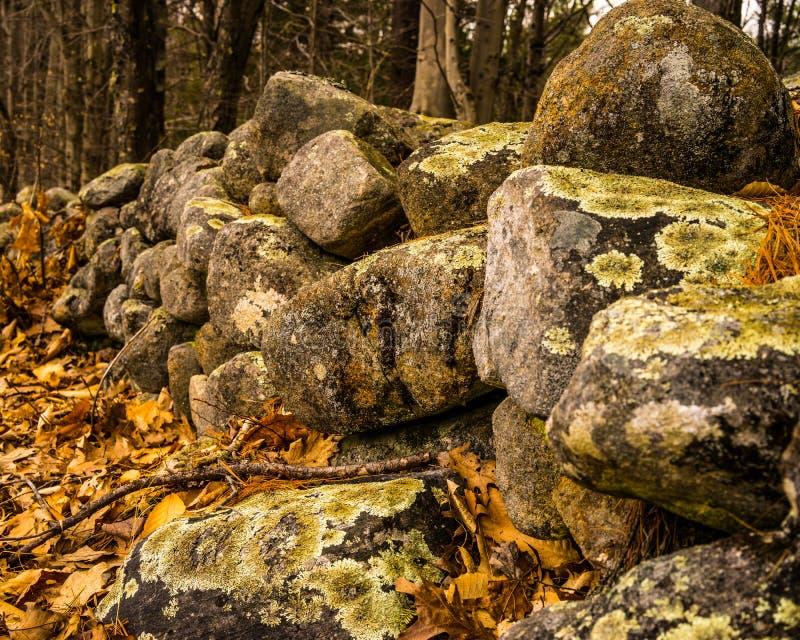 新罕布什尔在秋天的石墙特写镜头 免版税库存照片