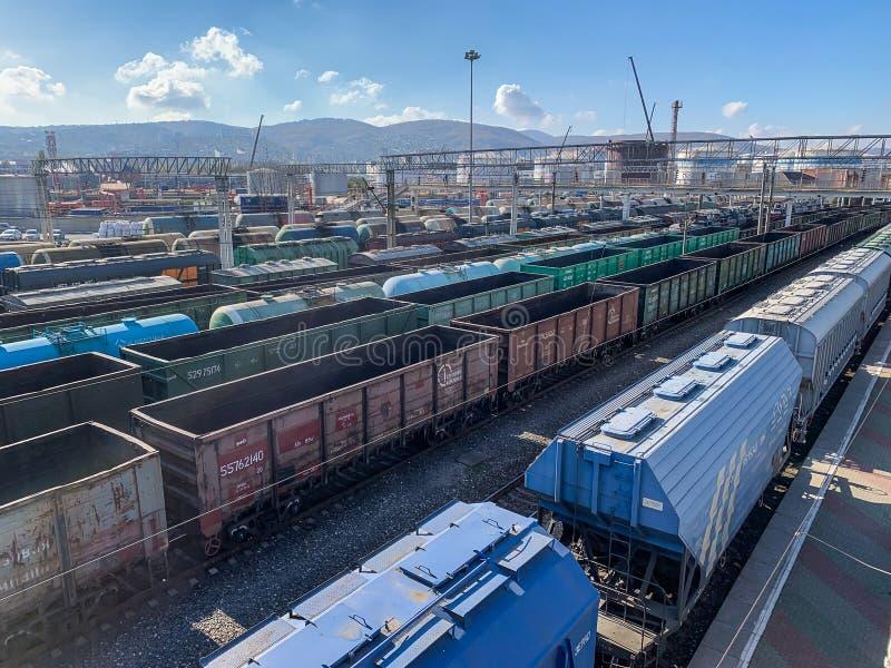 新罗西斯克号,俄罗斯-大约2018年11月:许多货物货车容器和无盖货车在铁路或火车站 库存图片
