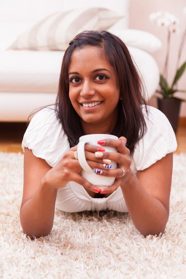 新美丽的印第安妇女饮用的咖啡 库存图片