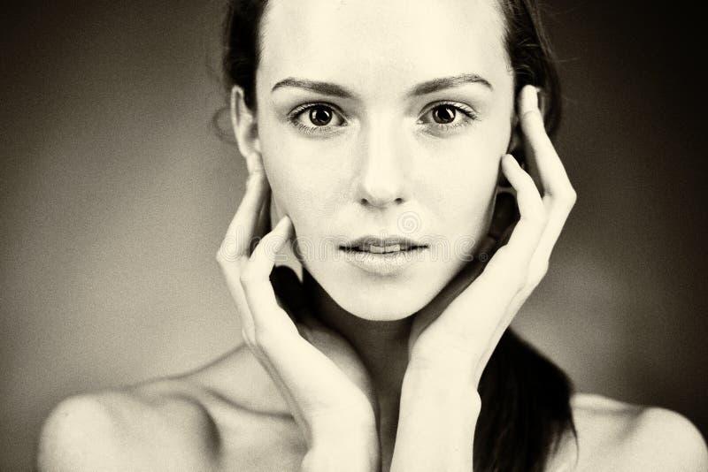 新美丽的妇女纵向有健康皮肤的 库存图片
