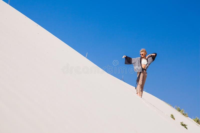 新美丽的白肤金发的女孩 库存图片