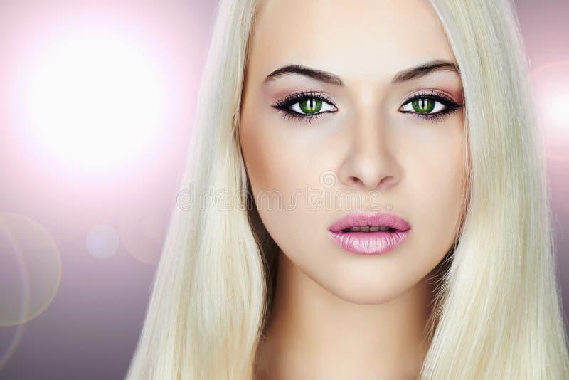新美丽的白肤金发的妇女 原始秀丽更好的转换女孩的质量 图库摄影