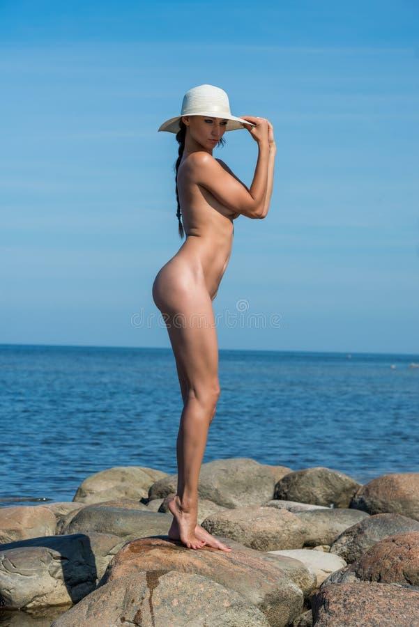 Download 新美丽的裸体妇女 库存照片. 图片 包括有 胸骨, 放松, 色情, 赤裸, 迷住, beauvoir, 海运 - 72353540