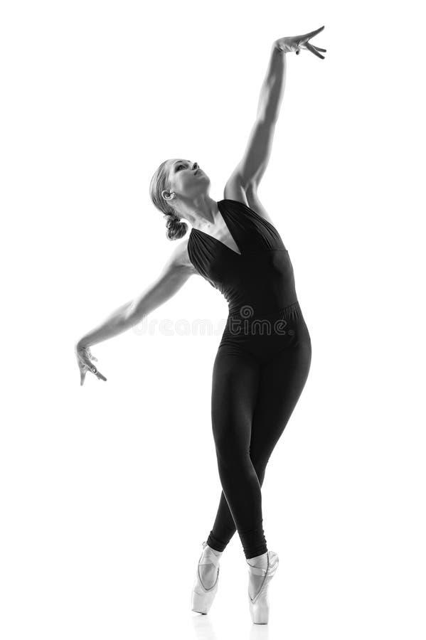 新美妙的芭蕾舞女演员温文地跳舞 免版税库存照片