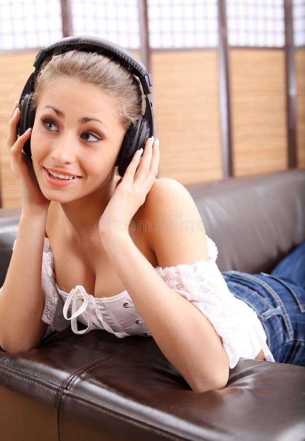 新耳机听的音乐性感的妇女 库存图片