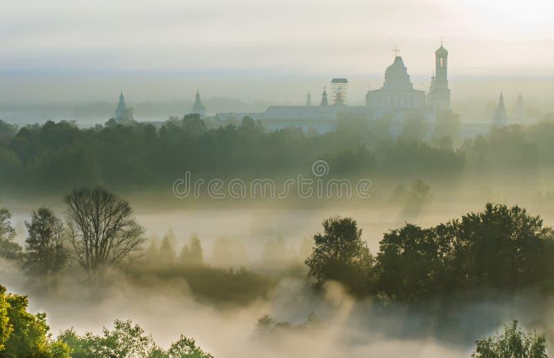 新耶路撒冷修道院有薄雾的早晨 库存照片