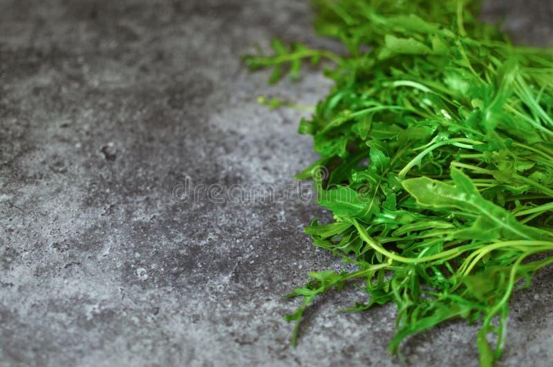 新芝麻菜束, rucola,火箭沙拉在厨房用桌离开 烹饪芳香新鲜的草本关闭与拷贝的构成 库存图片