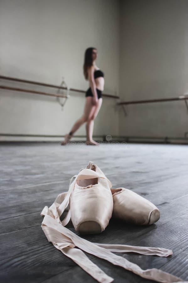 新芭蕾舞女演员在行程的跳舞、特写镜头和鞋子,突出在pointe位置 免版税库存图片