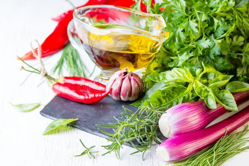 新草本、油和调味料 健康概念的食物 图库摄影