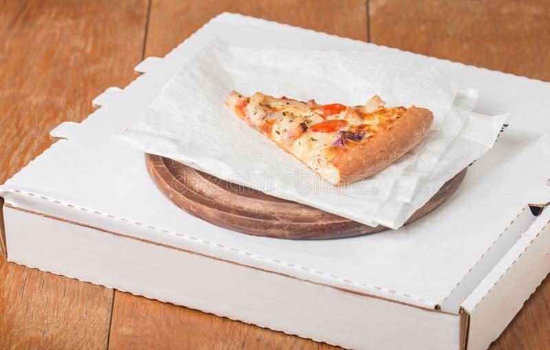 新被烘烤的薄饼切片 库存图片