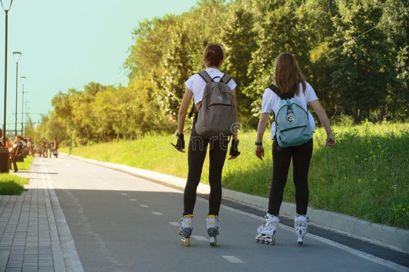 新西伯利亚07-31-2018 两少女在公园去四轮溜冰 免版税库存图片
