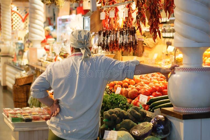 新西伯利亚12-20-2018 男性卖主在杂货市场上 免版税库存照片