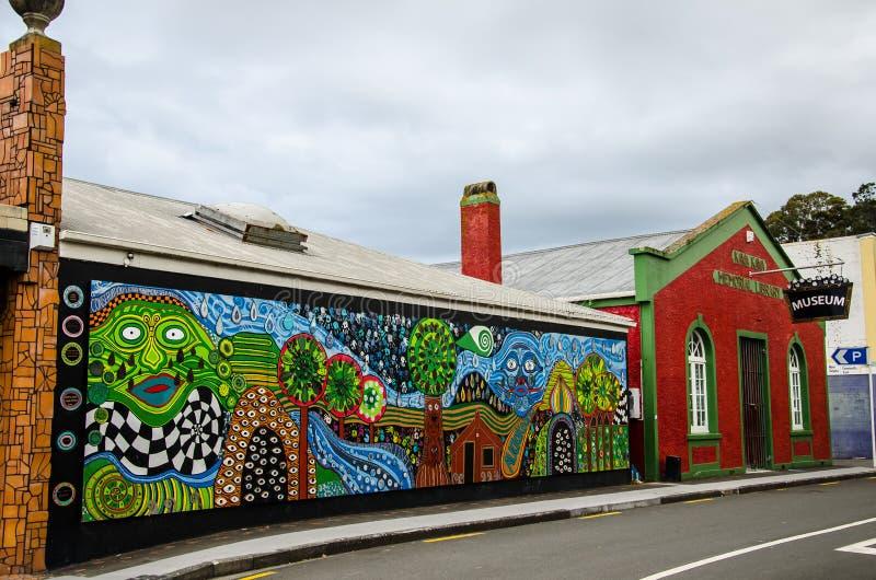 新西兰北岛北岸川川的美丽马赛克建筑Hundertwasser厕所外景 免版税图库摄影