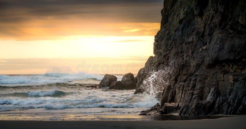 新西兰日落和波浪 库存图片