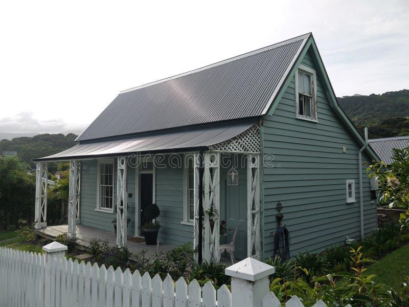 新西兰:与游廊的Akaroa历史的19世纪灰色村庄 免版税库存图片
