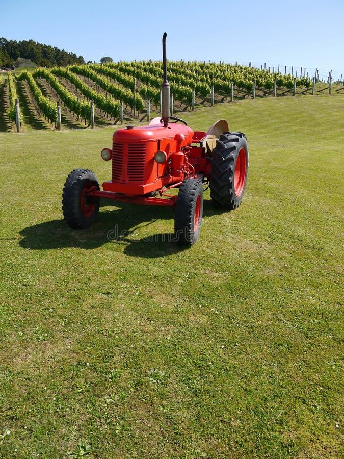 新西兰: 有红色拖拉机的v葡萄园 免版税库存照片