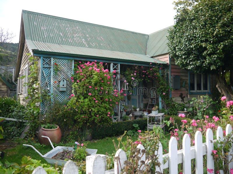 新西兰:Akaroa历史的桃红色和蓝色村庄 免版税库存照片