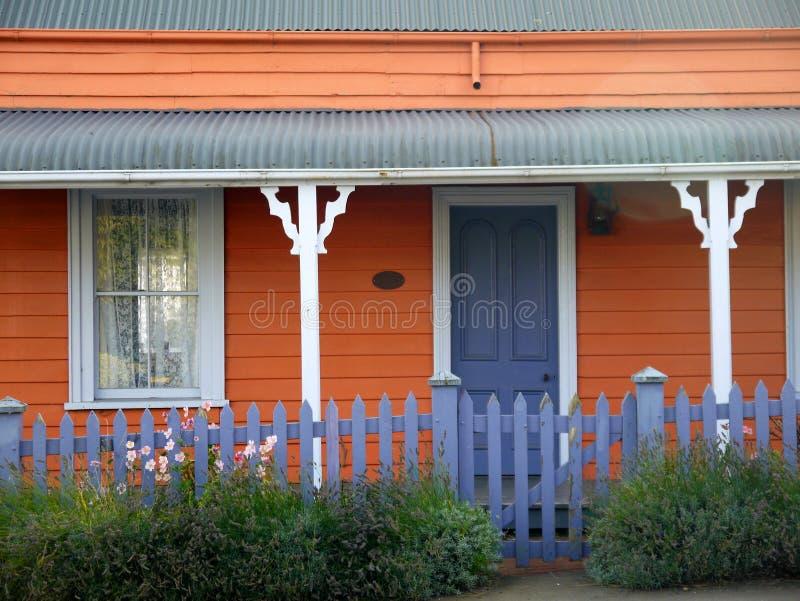 新西兰:Akaroa历史的橙色村庄细节 免版税库存照片