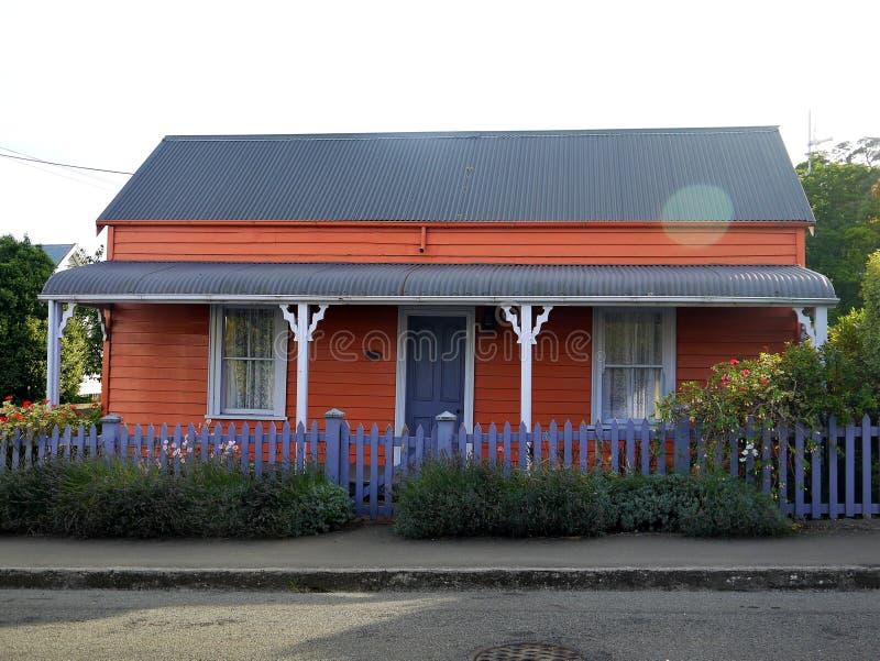 新西兰:Akaroa历史的橙色村庄 免版税库存照片