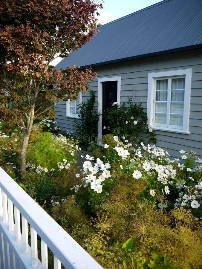 新西兰:Akaroa历史的灰色村庄-垂直 免版税库存图片