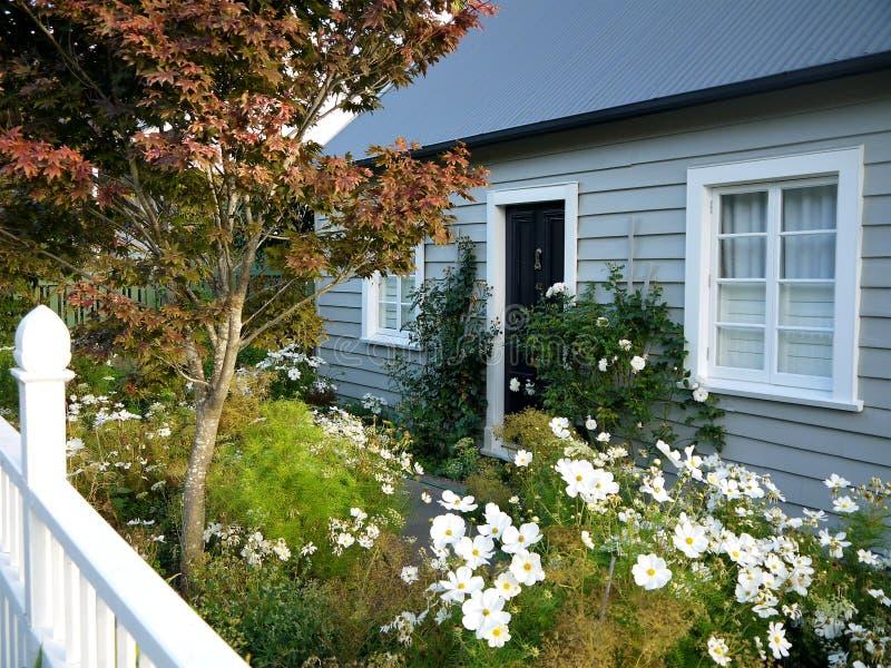 新西兰:Akaroa历史的灰色村庄 库存图片