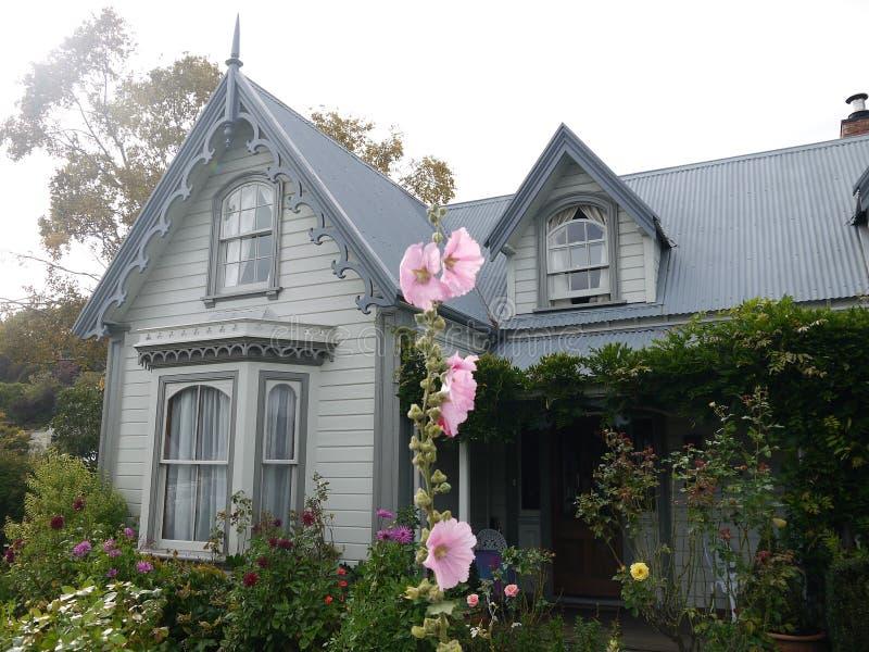 新西兰:Akaroa历史的19世纪灰色房子 库存照片