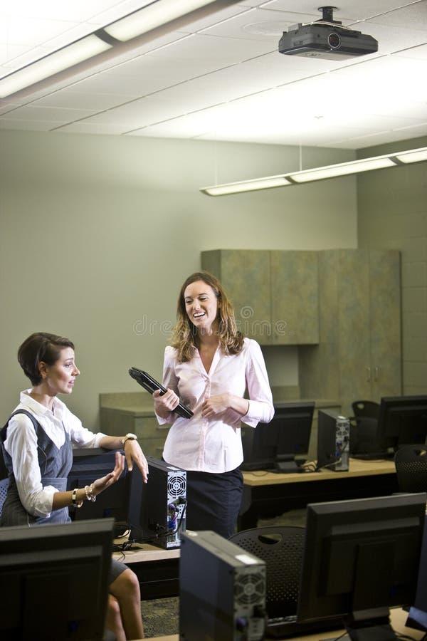 新计算机交谈的实验室二的妇女 库存图片