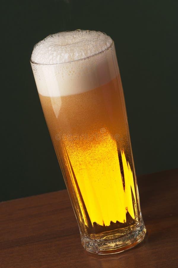 新近地倒的啤酒