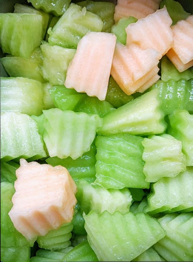 新近地切成小方块的甘露和甜瓜沙拉的 图库摄影