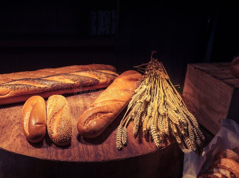 新近地在木桌上的自创被烘烤的传统面包 图库摄影