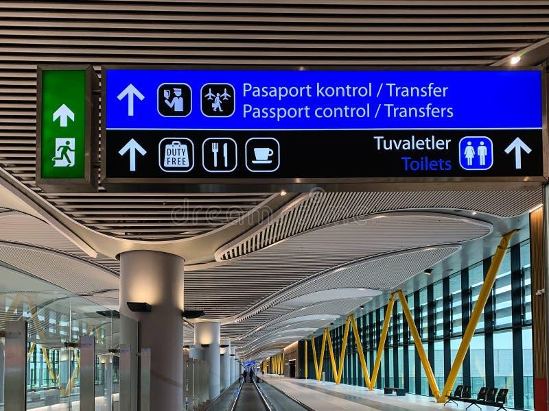 新近地打开并且替换阿塔图尔克国际机场新的机场IST的室内设计 伊斯坦布尔土耳其- 4月 免版税图库摄影