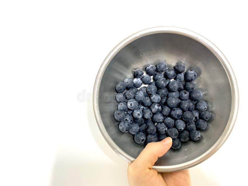 新近地洗涤了与水滴的蓝莓果子和干净 库存图片