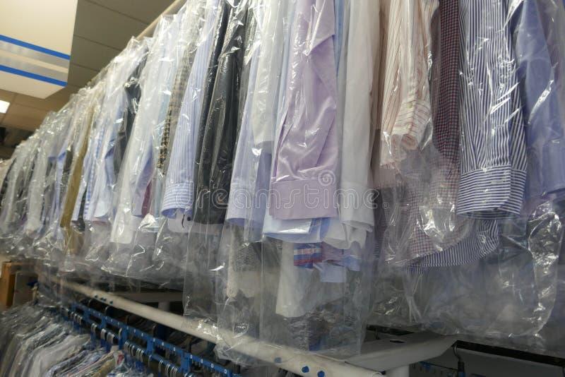新近地清洗了人的衬衣和夫人女衬衫在纺织品清洁 免版税图库摄影