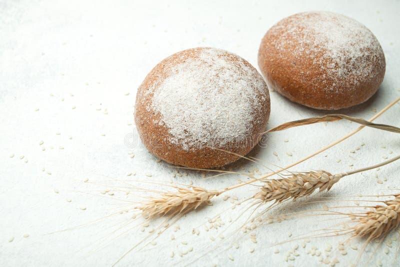 新近地烘烤了在一张木桌上的麦子面包,文本的空间 免版税库存图片