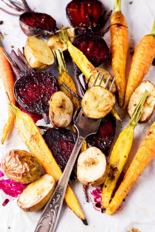 新近地烤菜鲜美饮食素食主义者食物烤了红萝卜甜菜和土豆 免版税库存照片
