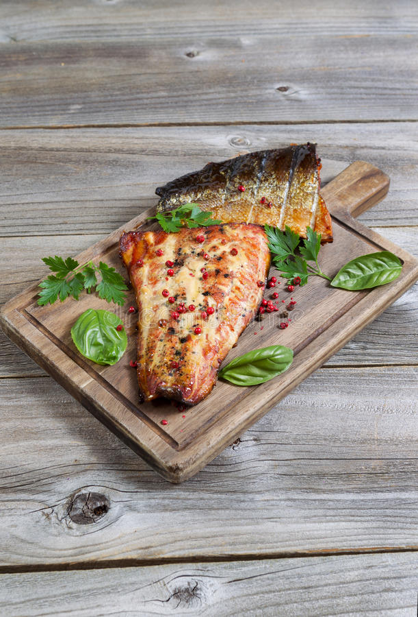 新近地熏制鲑鱼立即可食在木服务器上 免版税库存图片