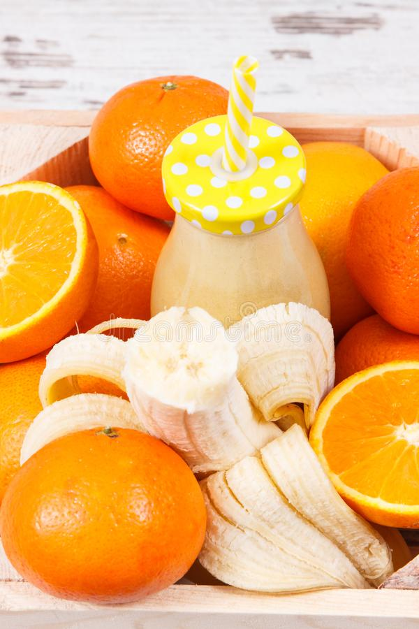 新近地被混和的coctail或圆滑的人从柑橘水果 健康点心当来源维生素和矿物 免版税库存图片
