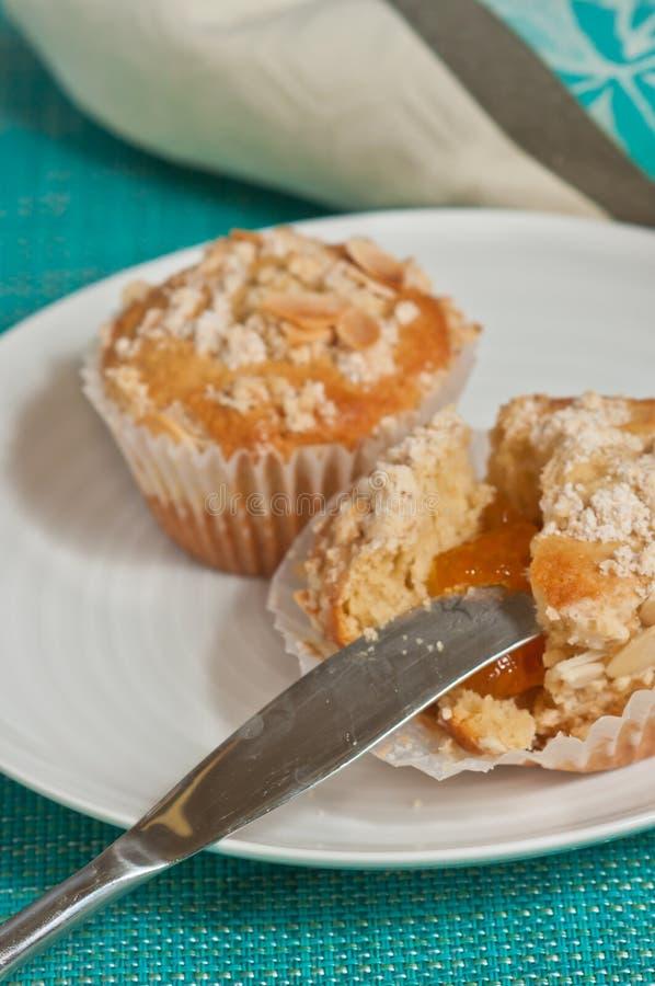 新近地被烘烤的两,自创,杏子,杏仁糖粉奶油细末松饼 库存图片