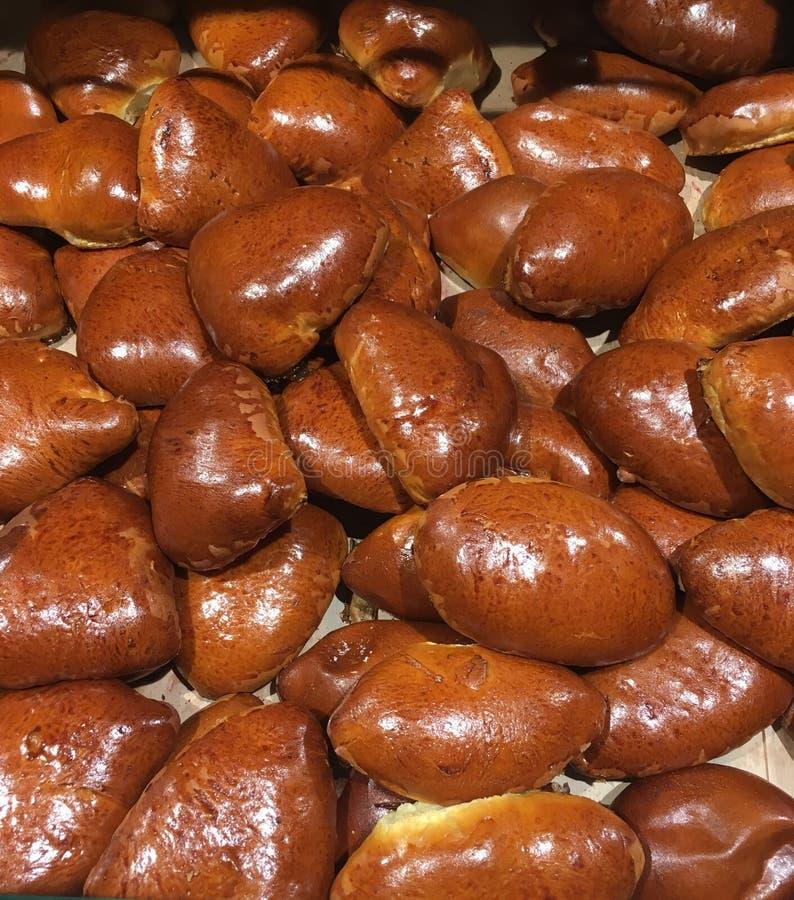 新近地被烘烤的传统乌克兰人,甜,苹果和樱桃小圆面包特写镜头  库存照片