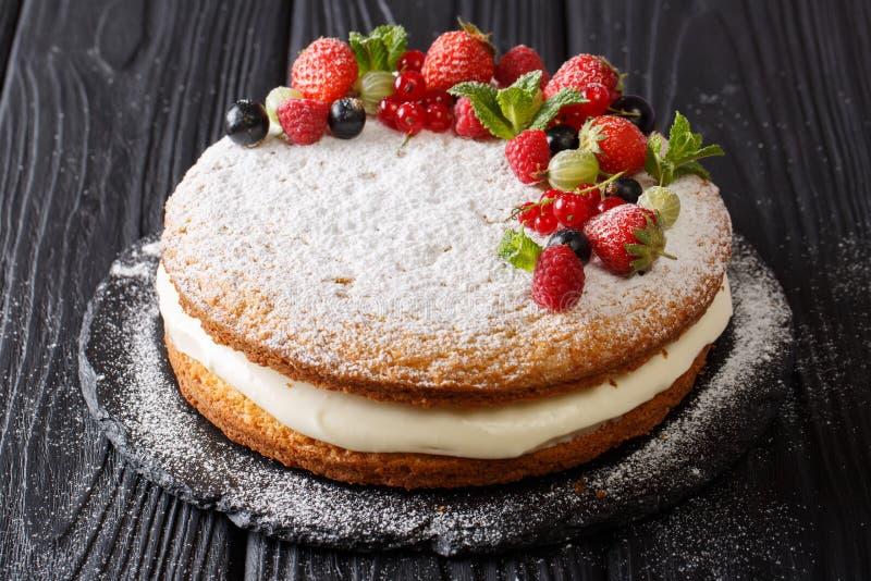 新近地被烘烤的假日维多利亚三明治蛋糕用莓果和mi 库存图片