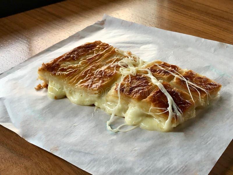 新近地被烘烤的土耳其语Borek用熔化乳酪和土耳其茶 库存图片