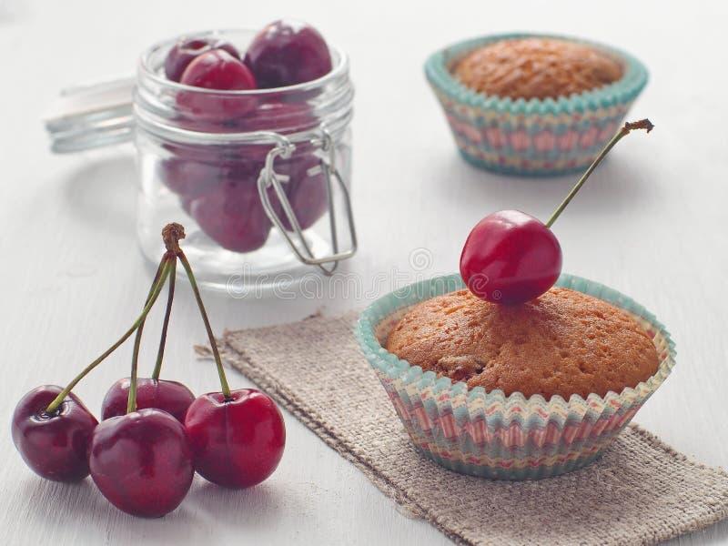 新近地被烘烤的杯形蛋糕用樱桃 r 免版税库存照片