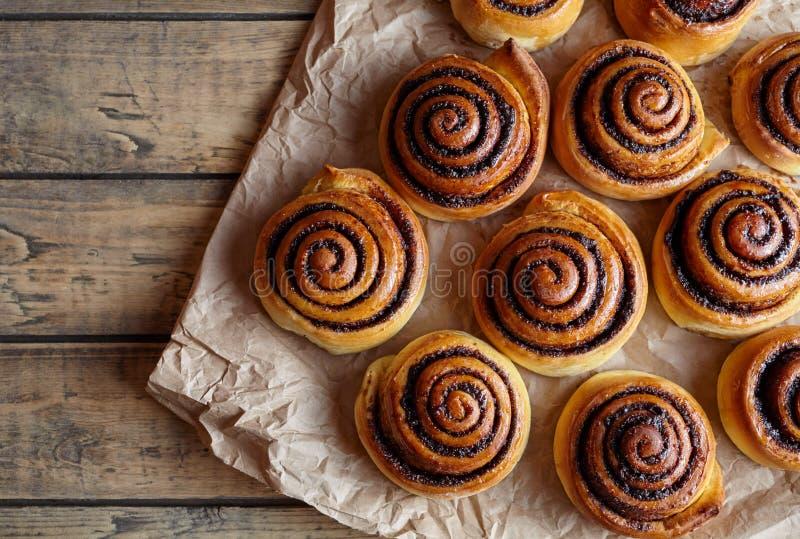 新近地被烘烤的桂香小圆面包用填装在羊皮纸的香料和可可粉 甜自创酥皮点心圣诞节烘烤 免版税库存图片