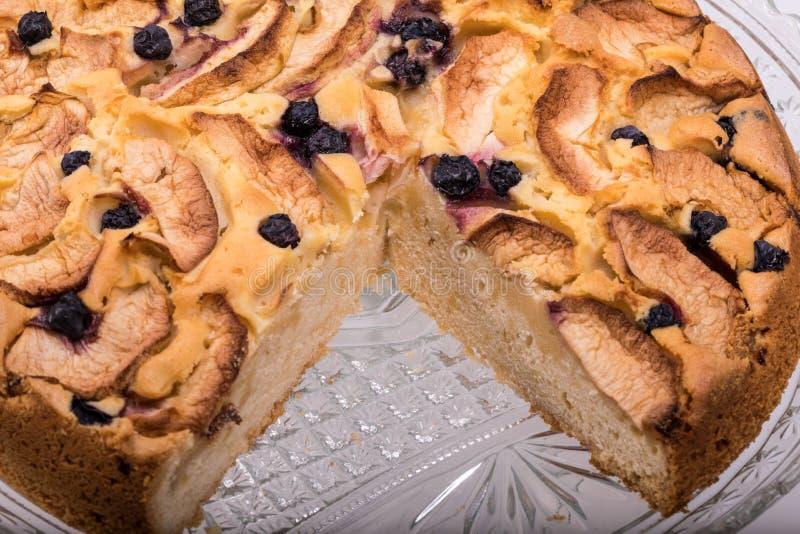 新近地被烘烤的甜蛋糕用果子 免版税图库摄影