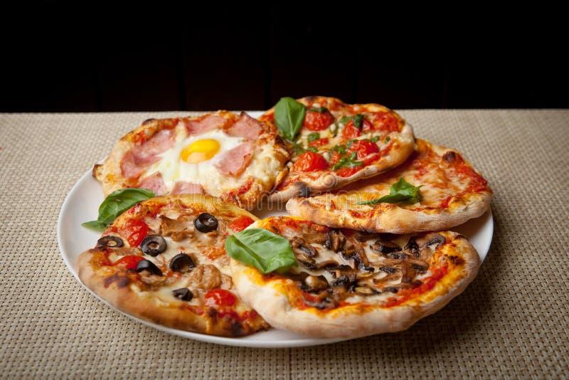 新近地被烘烤的自创比萨的几种类型 免版税图库摄影