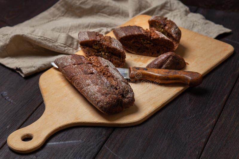 新近地被烘烤的自创黑麦面包用草本和大蒜黄油 切在一个切板 免版税图库摄影