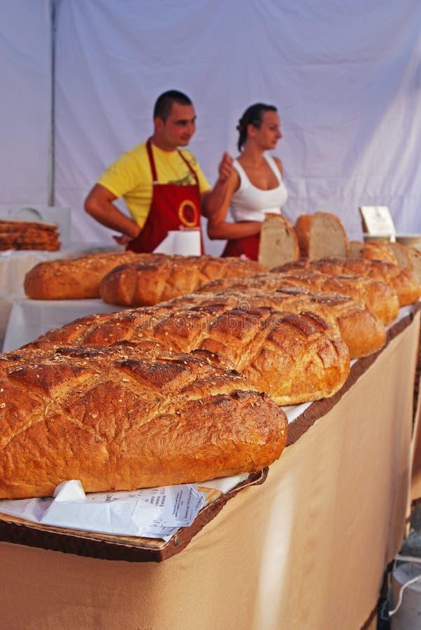 新近地被烘烤的面包被卖在摊位 免版税库存图片