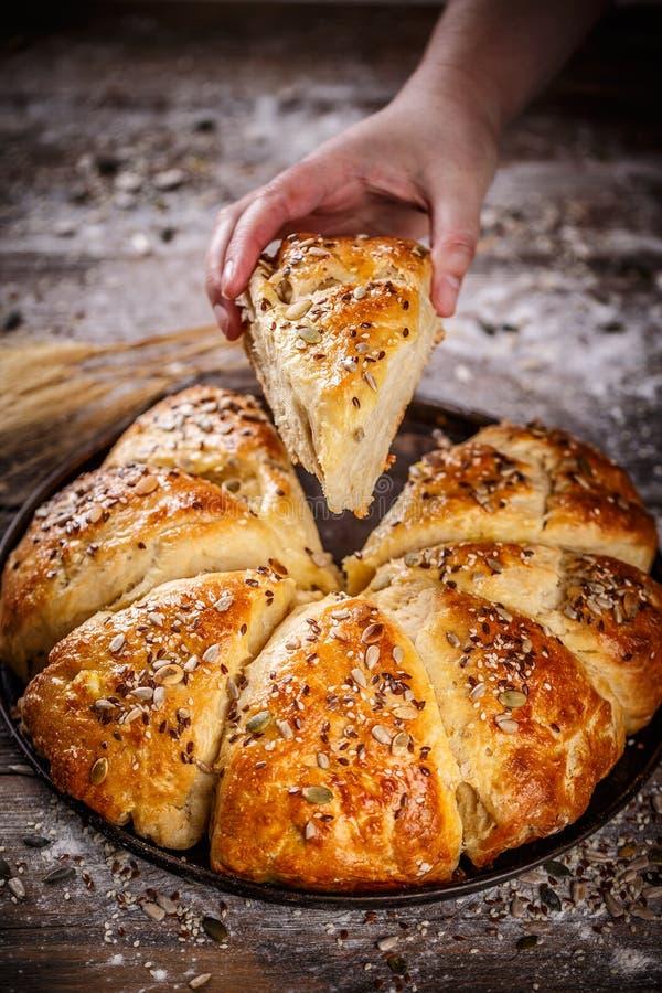 新近地被烘烤的麦子三角小圆面包 库存照片