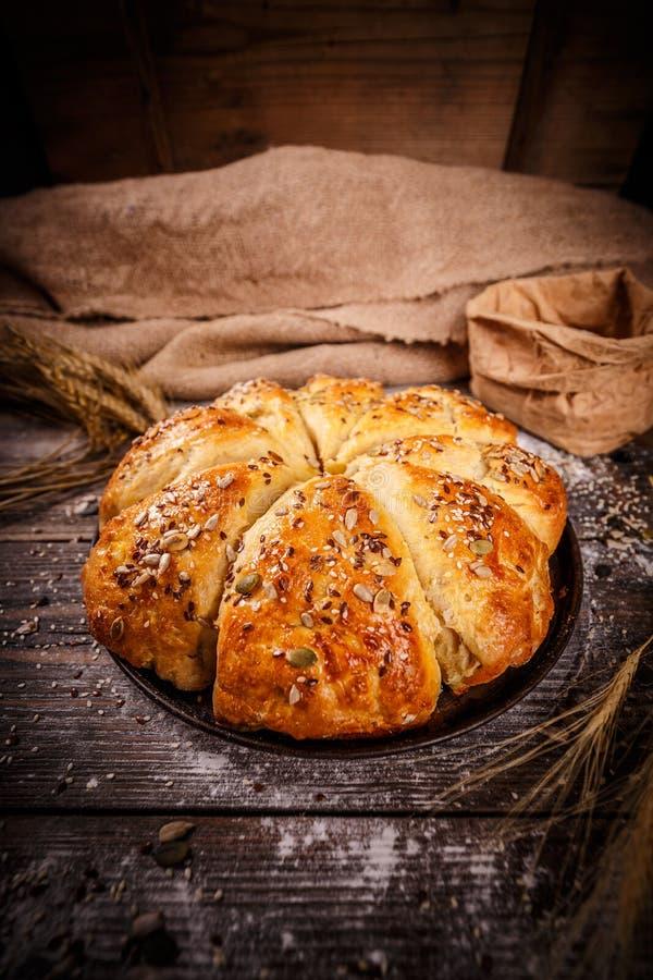 新近地被烘烤的麦子小圆面包 库存图片
