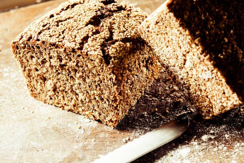 新近地被烘烤的整粒黑面包大面包  库存图片